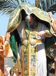 Luostarin apotti Antipas riisuu vallan merkit.