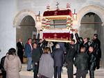 Tunteja myöhemmin kaikki palaavat kirkkoon epitafin alta.