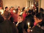 Kristuksen ylösnousemista odotellaan kirkossa ja sen ulkopuolella.