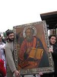 Pääsiäisen jälkeisenä maanantaina saaren ikonit kannetaan Vagelis-aukiolle.