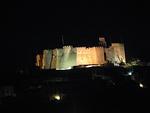 Yöllä Johanneksen valaistu luostari näkyy kymmeniä kilometrejä merelle.