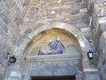 Luostarin sisäänkäyntiä valvoo Johannes Teologin mosaiikki.