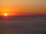 Joka ilta aurinko laskee hehkuvana Ikarian mereen.